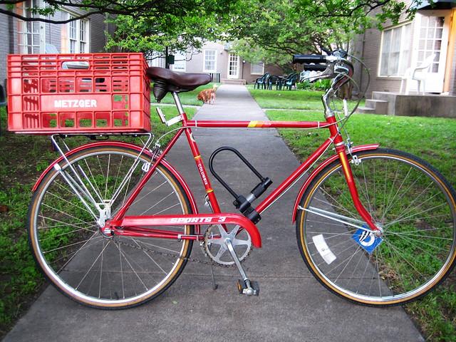 red plastic bike basket velka cervena plastova bedna na bicykel