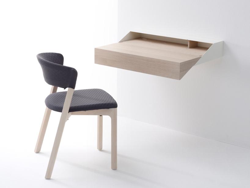 Stôl v krabici zavesenej na stene od Raw Edges – tototu