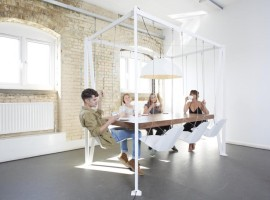 Duffy London - Swing Table - hojdacie stolicky za velkym stolom