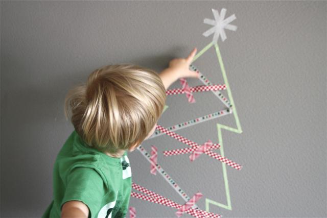 07 modernparentsmessykids.com washi tape christmas tree nalepeny stromcek