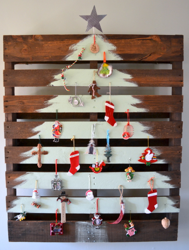 14 affirmaison.com pallet painted christmas tree stromek z palet