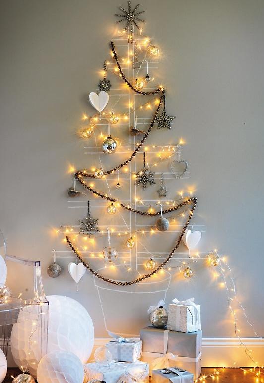 69 stromcek namalovany na stenu so svetlami